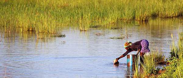 Collecting_water_Golinga_reservoir_Ghana_retusche
