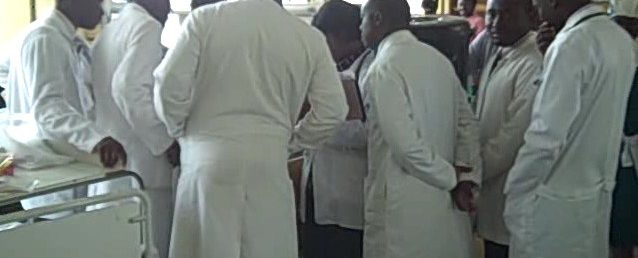 Ghanaian_Medical_Doctors_–_Ward_rounds_at_Komfo_Anokye_Teaching_Hospital,_Kumasi,_Ghana